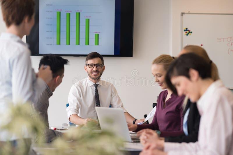 Executivos novos do grupo na reunião da equipe no escritório moderno imagens de stock royalty free