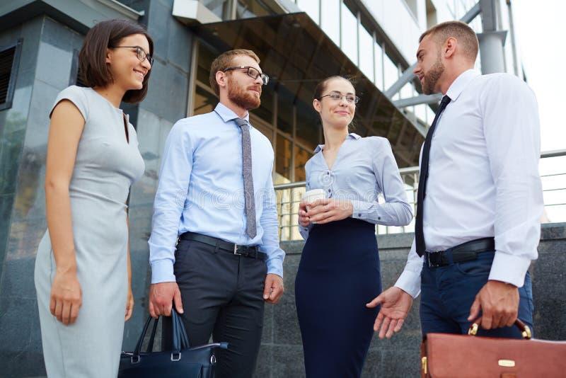 Executivos novos fora do prédio de escritórios imagem de stock royalty free