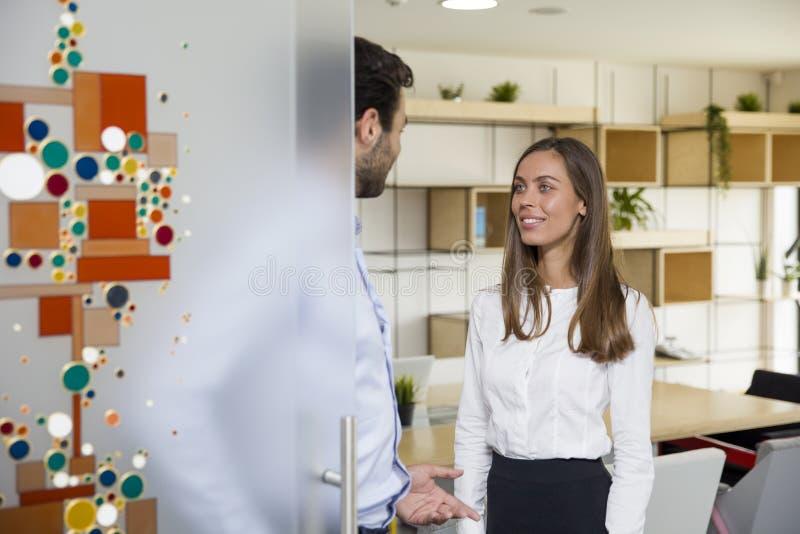 Executivos novos no escritório moderno imagem de stock