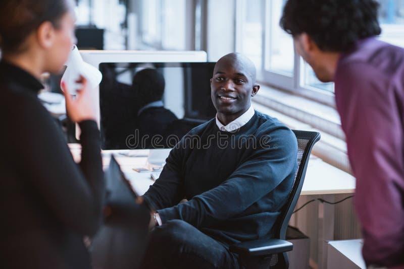 Executivos novos no trabalho fotografia de stock royalty free