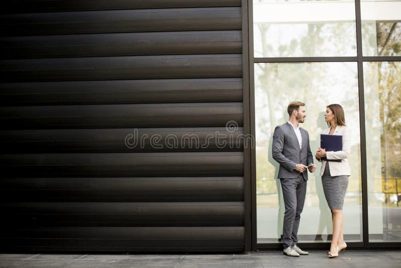Executivos novos que falam e que veem os originais exteriores imagem de stock royalty free