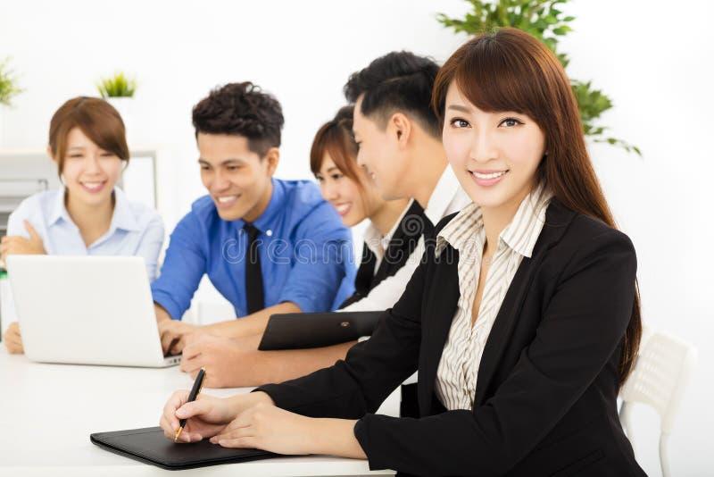 Executivos novos que trabalham junto na reunião foto de stock royalty free