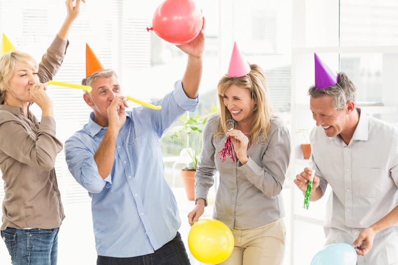Executivos ocasionais de riso que comemoram o aniversário imagens de stock royalty free