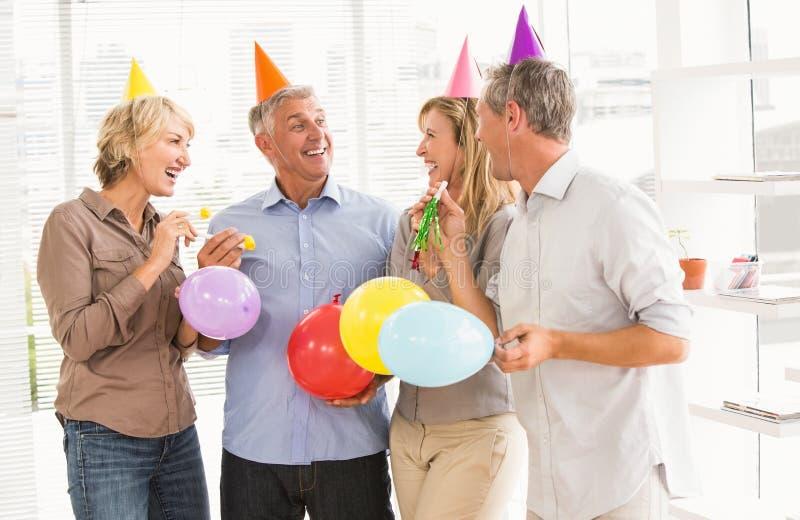 Executivos ocasionais de riso que comemoram o aniversário fotos de stock