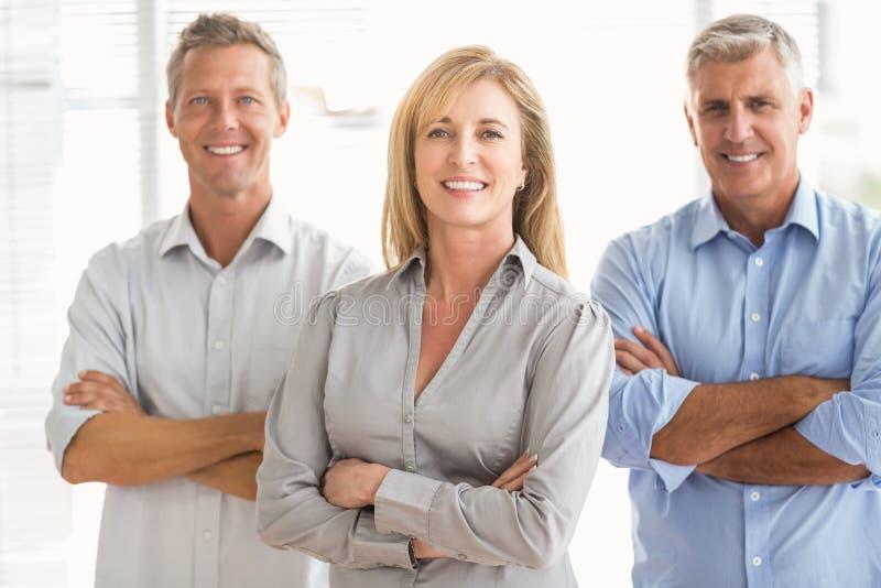 Executivos ocasionais de sorriso com os braços cruzados foto de stock