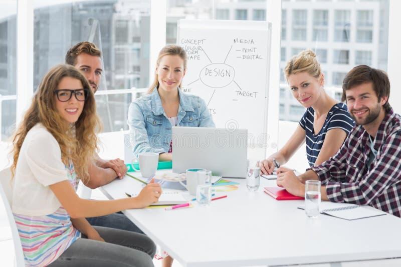 Executivos ocasionais em torno da tabela de conferência no escritório fotografia de stock