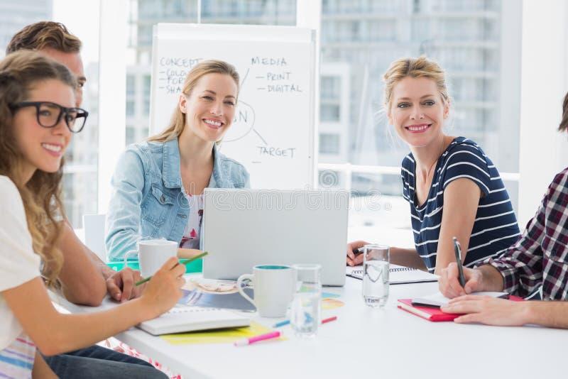 Executivos ocasionais em torno da tabela de conferência no escritório imagem de stock royalty free