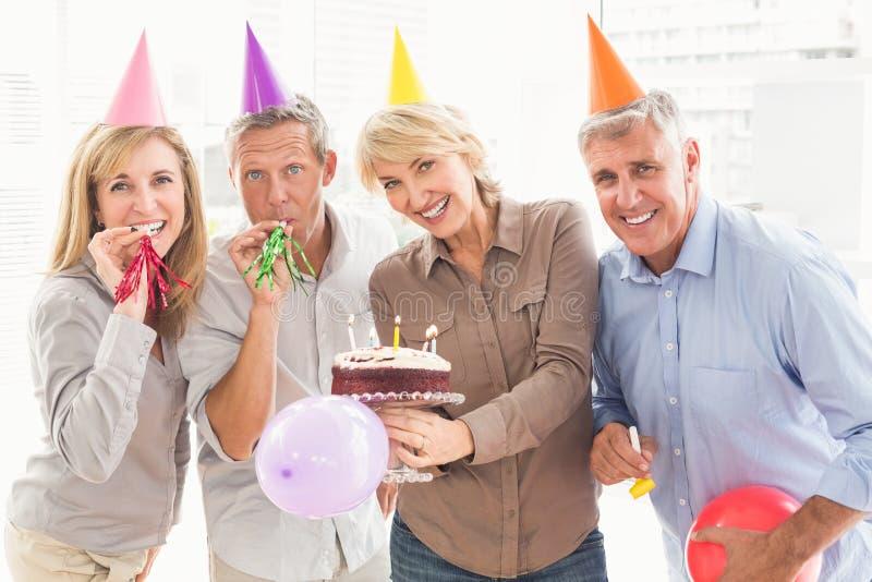 Executivos ocasionais felizes que comemoram o aniversário imagem de stock