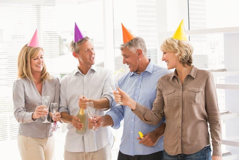 Executivos ocasionais que brindam e que comemoram o aniversário foto de stock royalty free