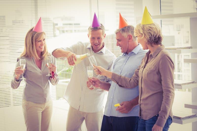 Executivos ocasionais que brindam e que comemoram o aniversário fotos de stock royalty free