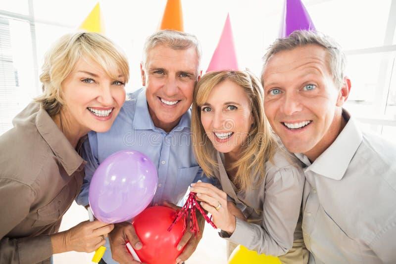 Executivos ocasionais que comemoram o aniversário foto de stock royalty free