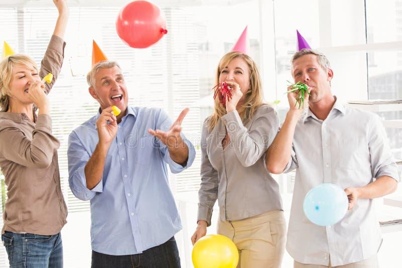Executivos ocasionais que comemoram o aniversário foto de stock