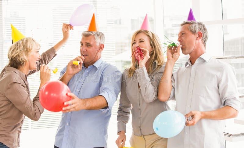 Executivos ocasionais que comemoram o aniversário imagens de stock royalty free