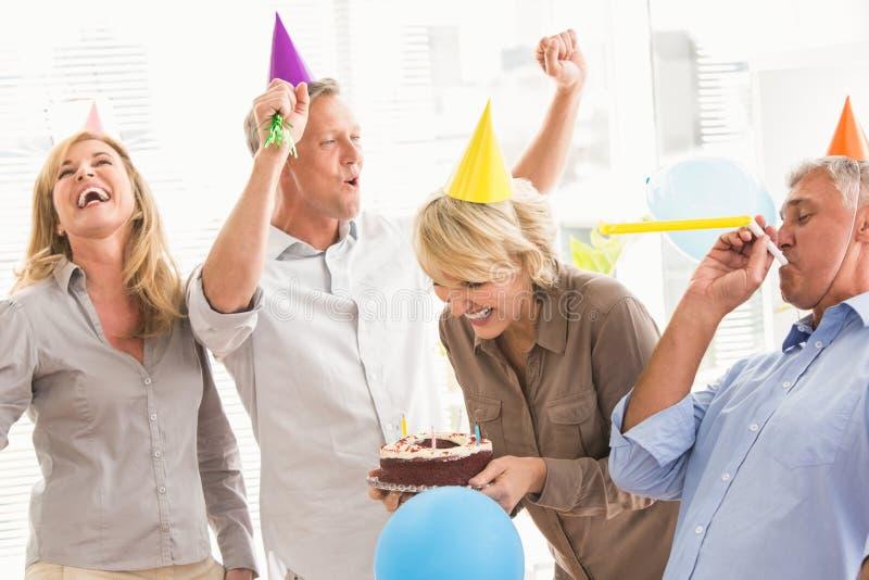 Executivos ocasionais que comemoram o aniversário e que têm o divertimento imagem de stock