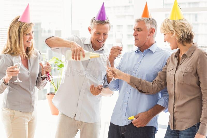 Executivos ocasionais que fazem brindes do aniversário imagens de stock royalty free