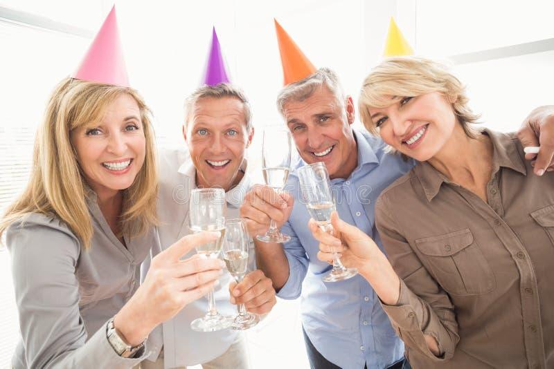Executivos ocasionais que fazem brindes do aniversário imagem de stock royalty free
