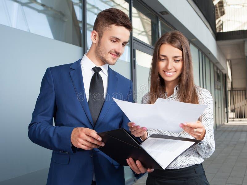 Executivos ou trabalho do homem de negócios e da mulher de negócios exterior, foto de stock royalty free