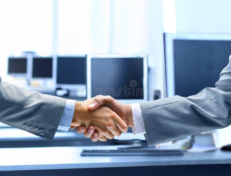 Executivos que agitam as mãos fotos de stock royalty free