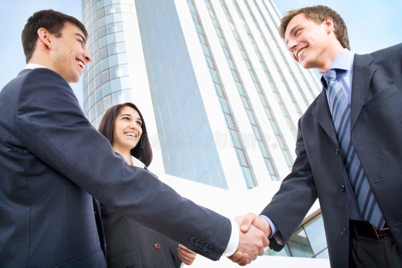 Executivos que agitam as mãos fotografia de stock royalty free