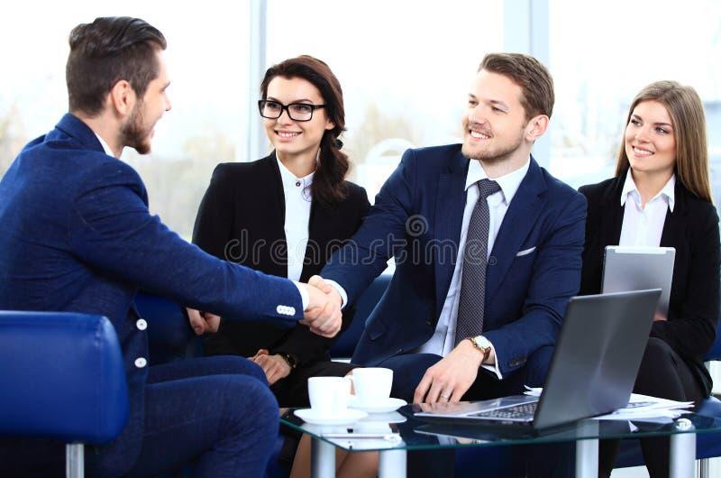 Executivos que agitam as mãos fotos de stock