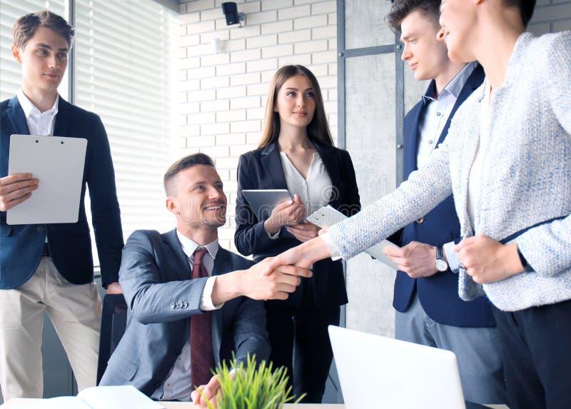 Executivos que agitam as mãos, terminando acima uma reunião foto de stock