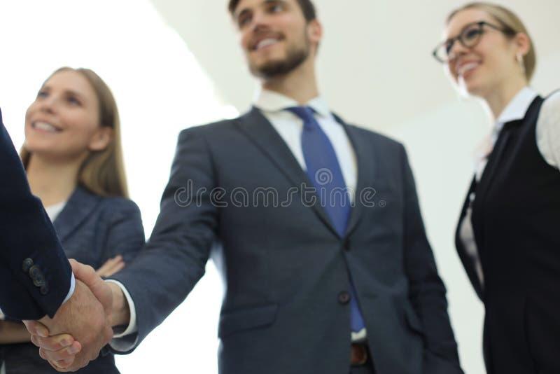 Executivos que agitam as m?os, terminando acima uma reuni?o fotografia de stock