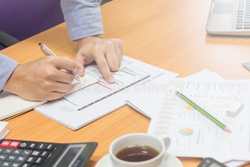 Executivos que analisam as estatísticas financeiras fotografia de stock royalty free