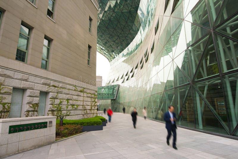 Executivos que andam em um escritório moderno em Seoul, Coreia do Sul imagens de stock royalty free