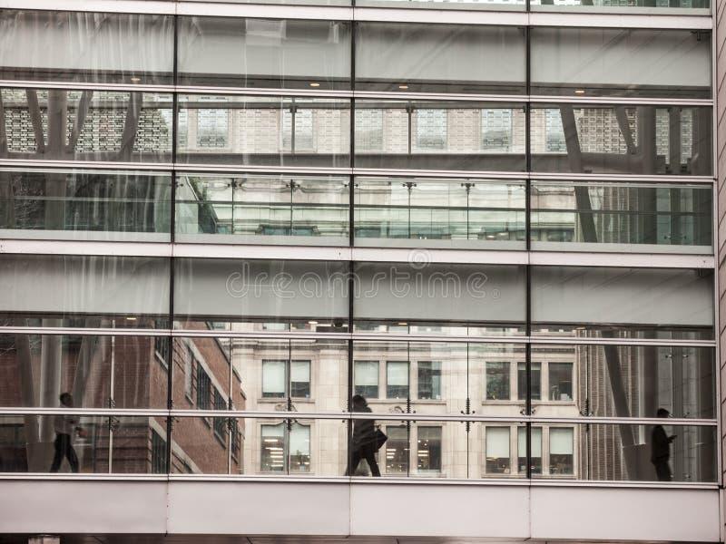 Executivos que andam na ponte de vidro que separa dois arranha-céus no CBD de Montreal do centro, Quebeque imagens de stock