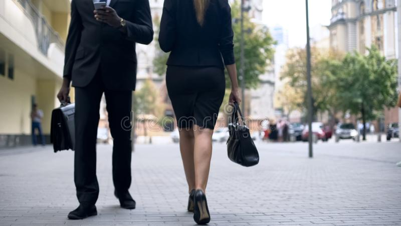 Executivos que andam na rua, verificando o correio no smartphone, estilo de vida ocupado fotos de stock royalty free