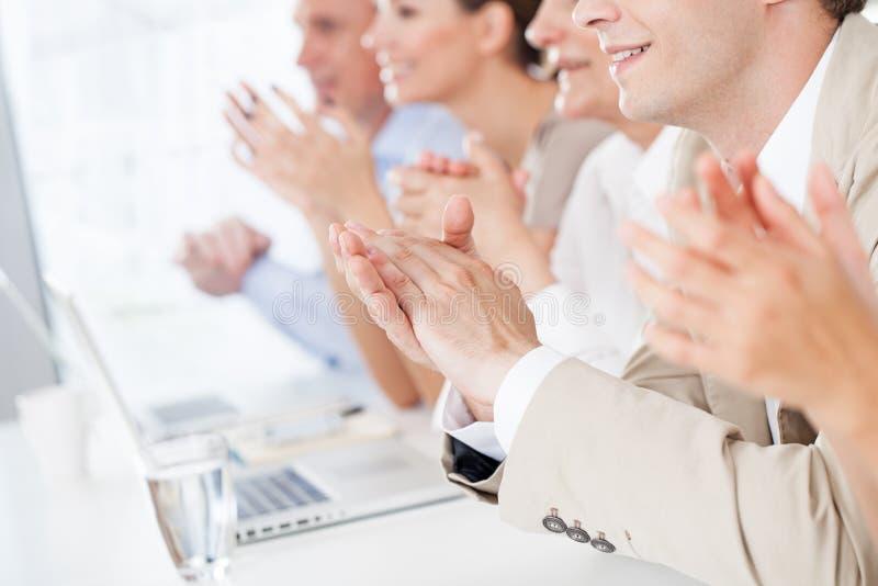 Executivos que aplaudem fotos de stock