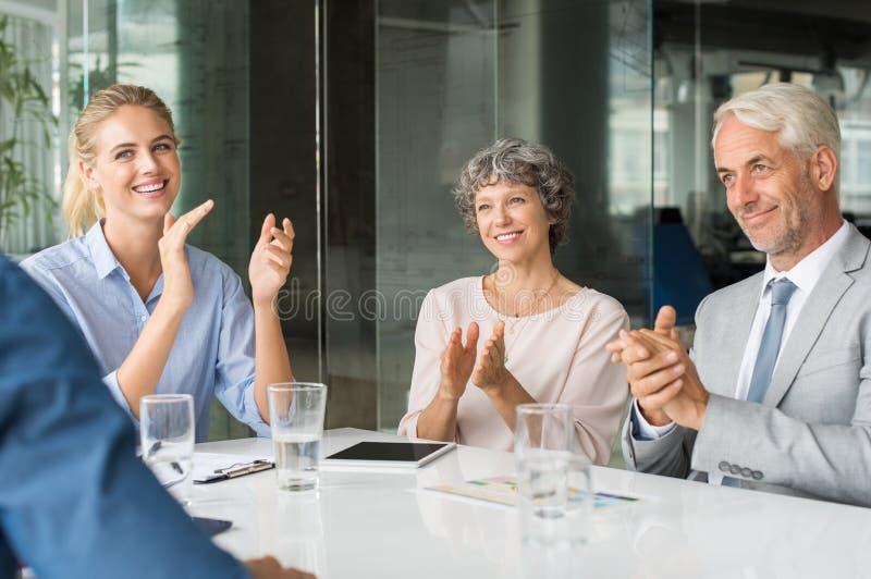 Executivos que aplaudem as mãos foto de stock