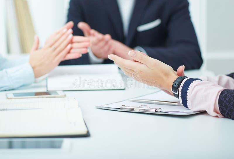 Executivos que aplaudem seus conceitos das mãos, das felicitações e da apreciação foto de stock royalty free