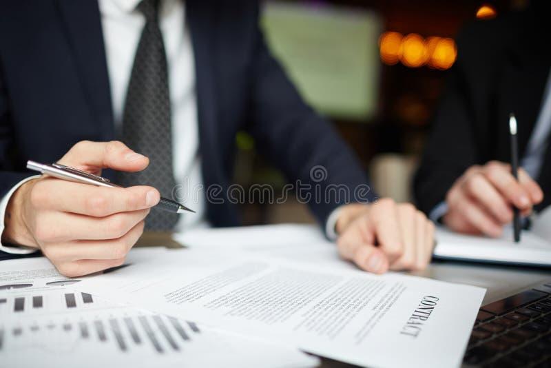 Executivos que assinam o close up do contrato fotografia de stock royalty free