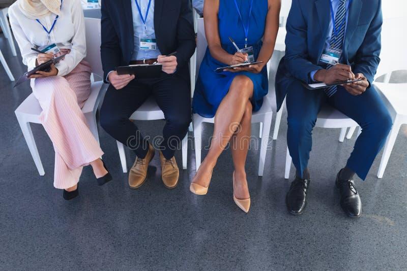 Executivos que atendem ao seminário do negócio na reunião da conferência imagens de stock royalty free