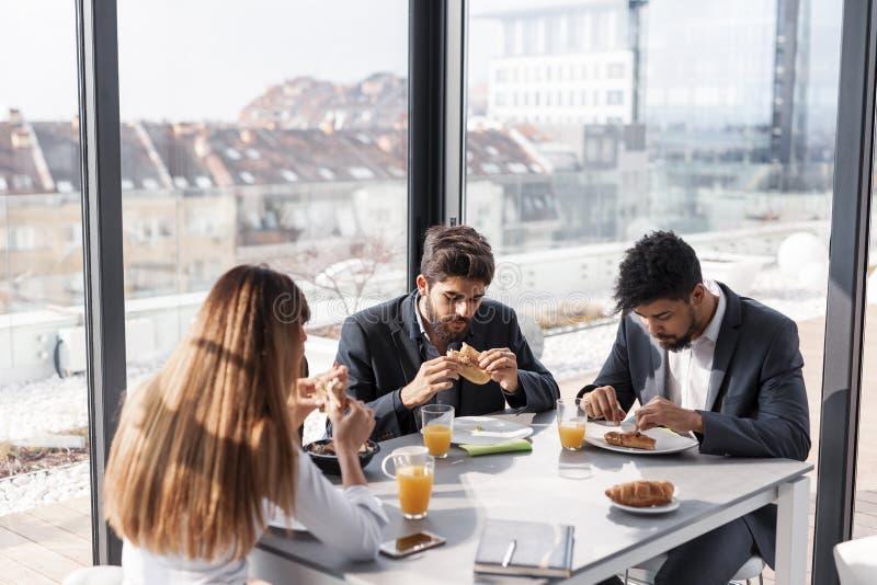 Executivos que comem o café da manhã fotos de stock royalty free