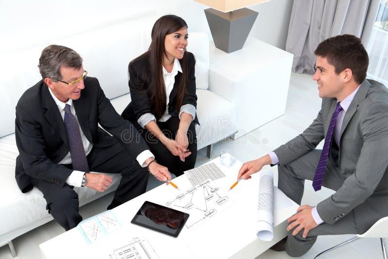Executivos que compartilham de idéias. fotografia de stock