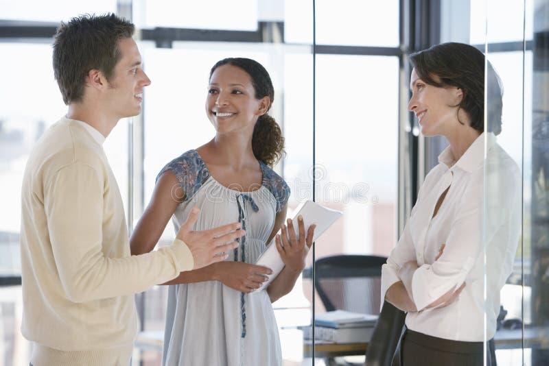 Executivos que comunicam-se no escritório imagem de stock royalty free