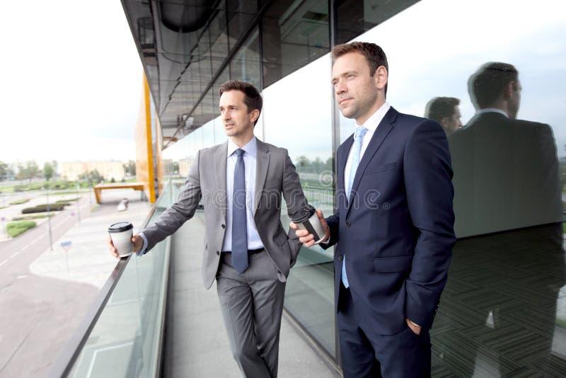 Executivos que conversam no balcão fotografia de stock royalty free