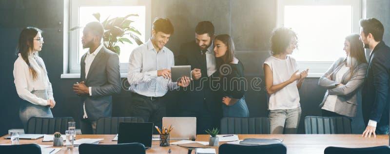 Executivos que discutem estratégias durante a ruptura no escritório imagem de stock royalty free