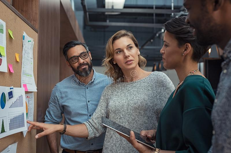 Executivos que discutem gráficos fotos de stock