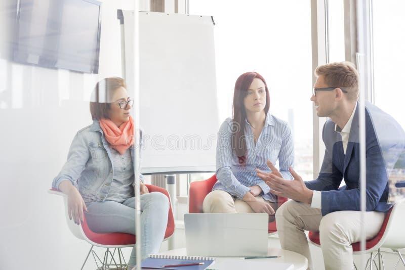 Executivos que discutem na sala de reunião fotografia de stock