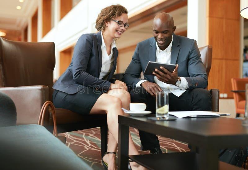Executivos que discutem o projeto na tabuleta digital imagem de stock royalty free
