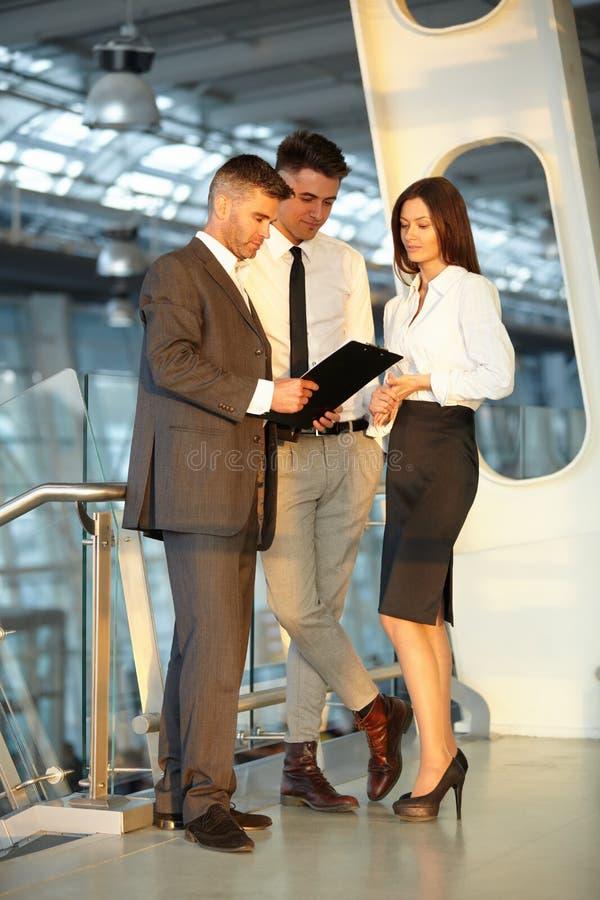 Executivos que discutem originais e ideias Equipe do negócio imagem de stock royalty free