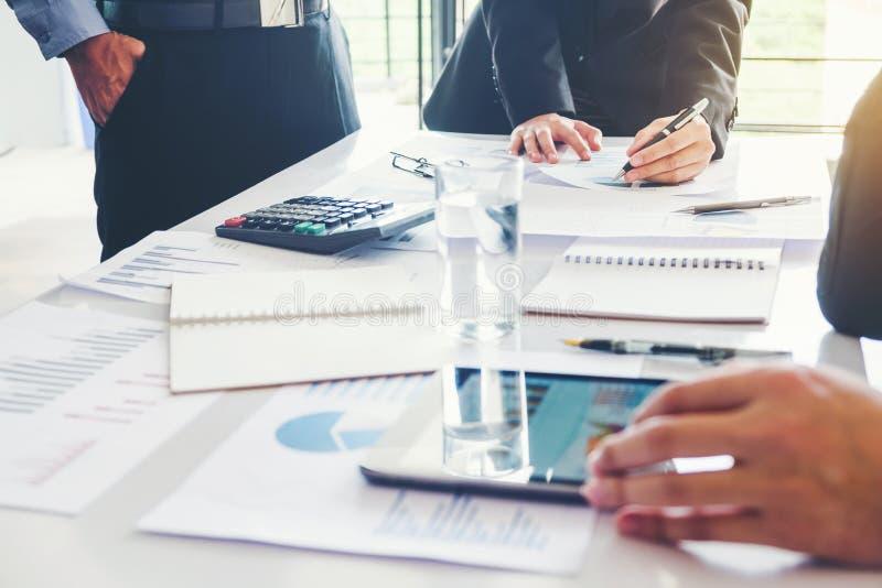 Executivos que encontram a análise da estratégia do planeamento no busine novo imagem de stock royalty free