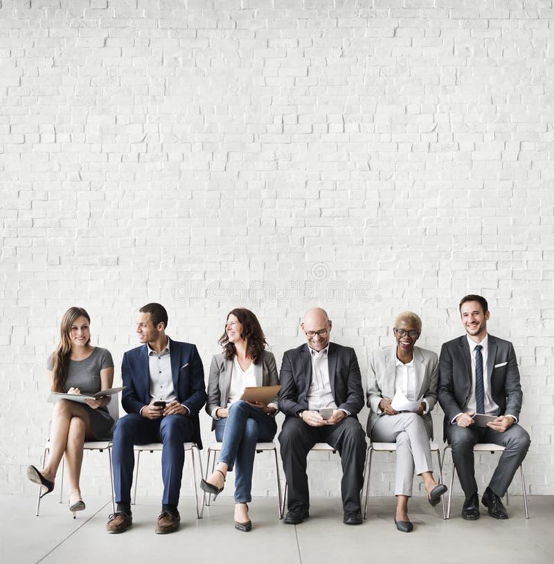 Executivos que encontram a conexão incorporada do dispositivo de Digitas concentrada imagem de stock royalty free