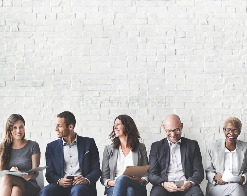 Executivos que encontram a conexão incorporada do dispositivo de Digitas concentrada foto de stock