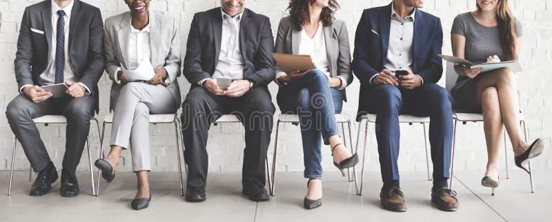 Executivos que encontram a conexão incorporada do dispositivo de Digitas concentrada imagem de stock