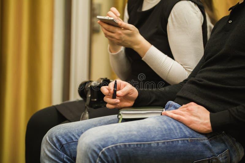 Executivos que encontram o assento na imprensa-conferência incorporada fotos de stock