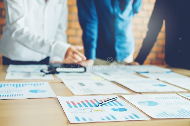 Executivos que encontram o conceito da análise da estratégia do planeamento fotos de stock